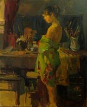 Model in atelier op achtergrond werktafel