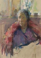 Oude vrouw met rode omslagdoek